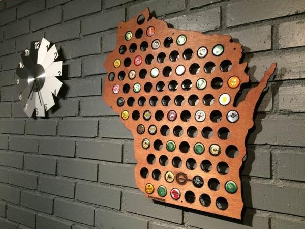 kreatives basteln hölzerne landkarte bierflaschenverschlüsse