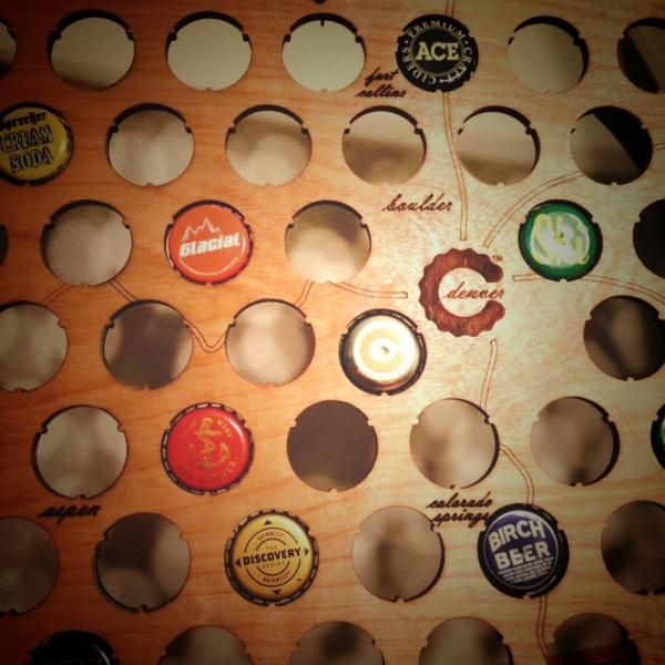 kreatives basteln landkarte holz bierflaschenverschlüsse