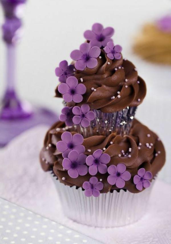 kuchen übereinander schokolade lila blüten