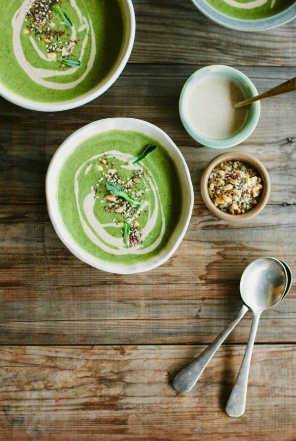 leckeres gesundes essen brot kremsuppe spinatcremesuppe