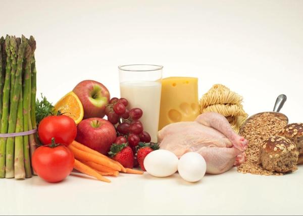 leckeres gesundes essen frisches gemüse fleisch brot milchprodukte