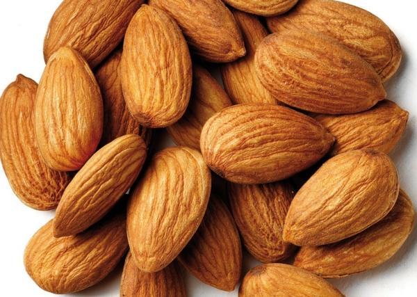leckeres gesundes essen frisches gemüse und nüsse mandeln