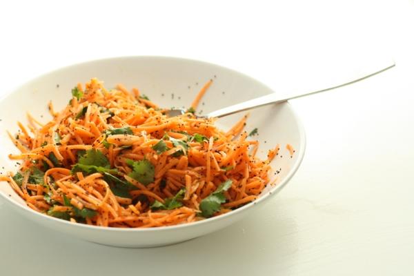 leckeres gesundes essen frisches salat möhren koriander petersilie