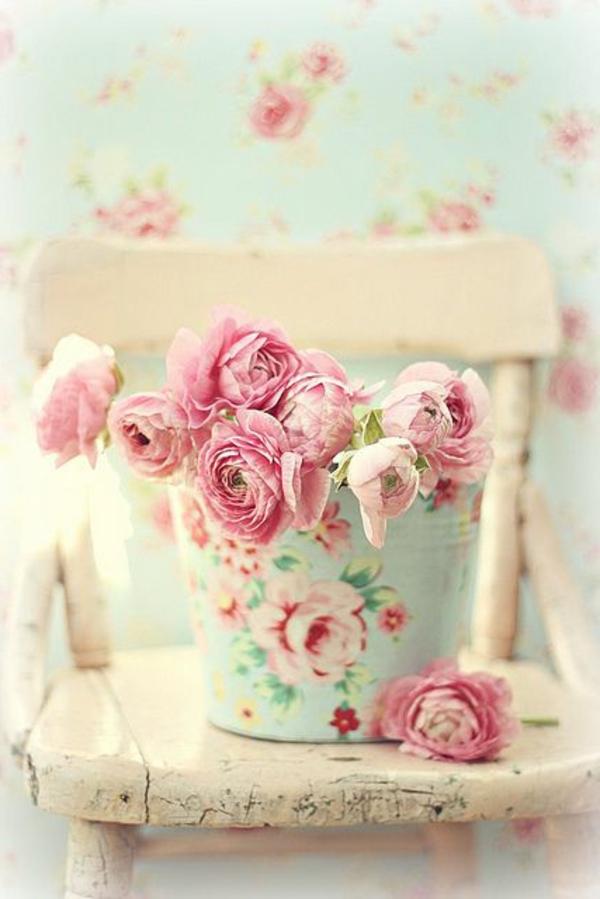 Wundersch?ne Vintage Tapete Rosenmuster : Dank der floralen Tapete sieht dieses Wohnzimmer besonders stilvoll