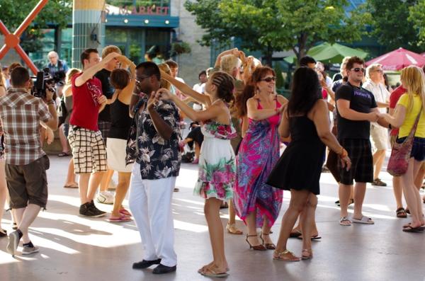 salsa musik hören tanzen straße