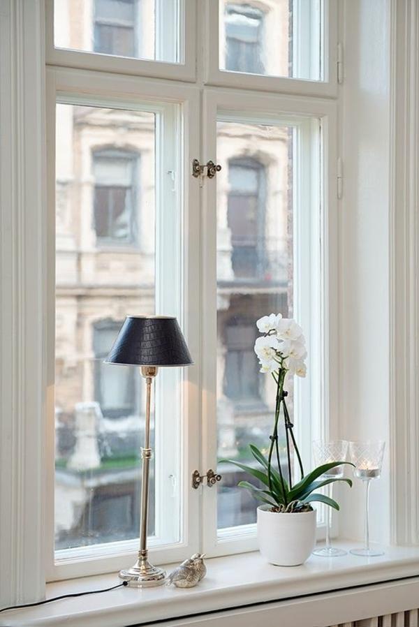 schöne wohnideen fensterbank dekorieren pflanze tischlampe
