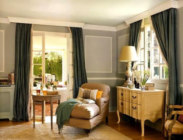 schöne wohnideen vintage kommode sessel lange gardinen