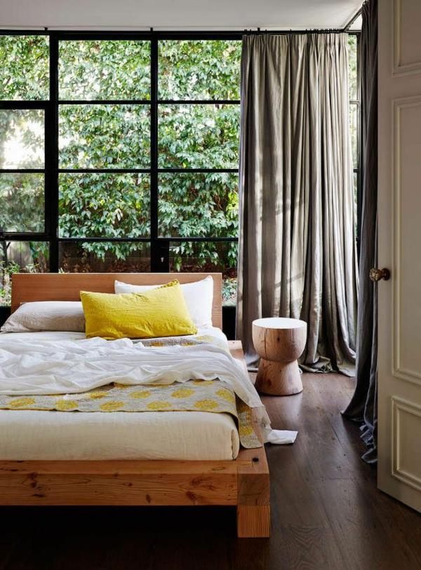 schlafzimmer design gelbe akzente hölzerner beistelltisch