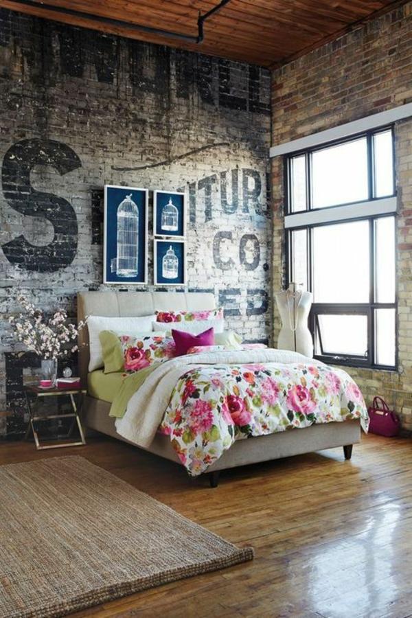 schlafzimmer design ziegelwand bettwäsche blumenmotive