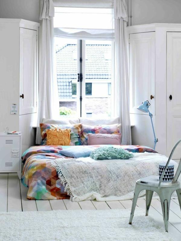 schlafzimmer gestalten farbige bettwäsche weißer teppich