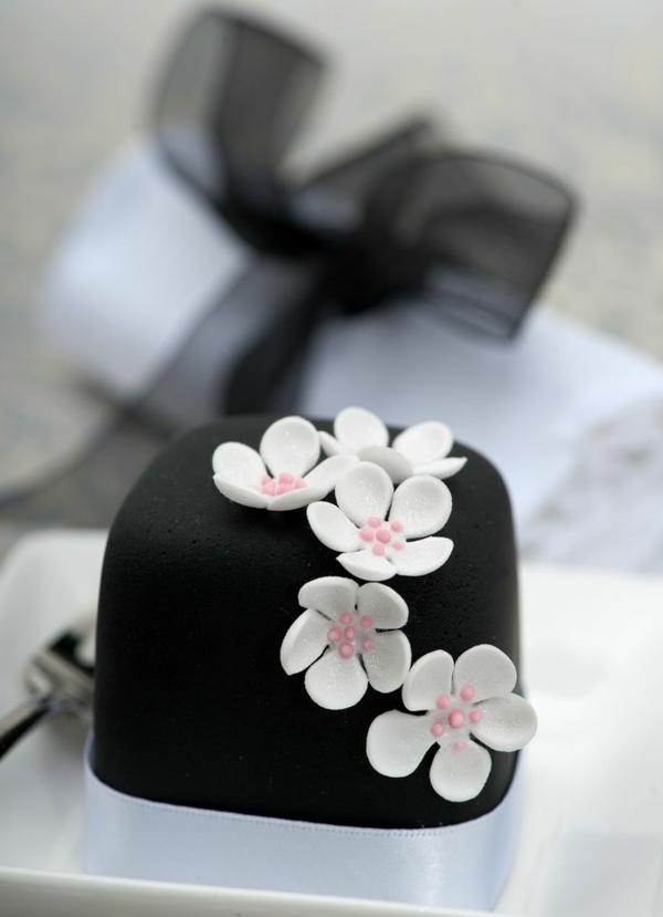 schwarzer mini kuchen weiße blüten