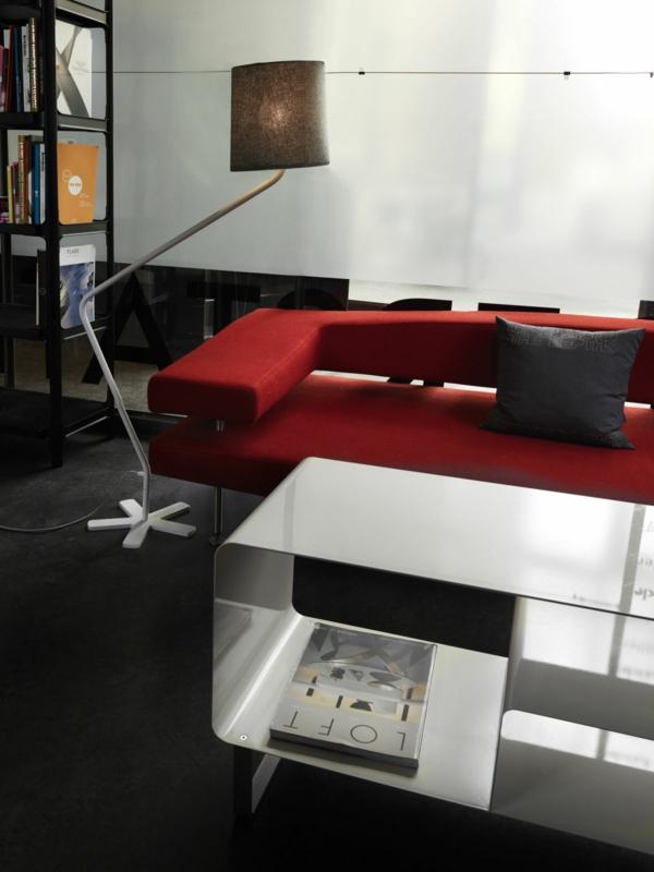 stehlampe design lampenschirm wohnzimmer rotes sofa