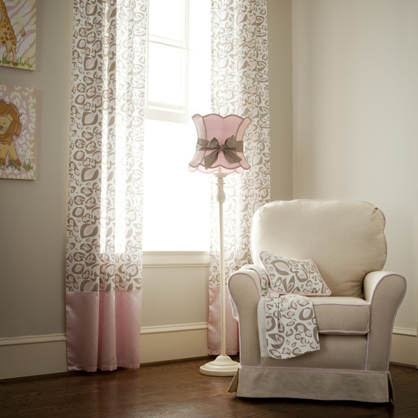 stehlampe schöner lampenschirm lange gardinen