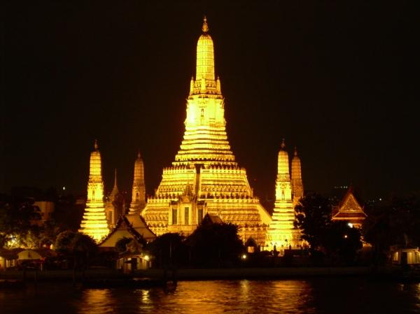 thailandurlaub reisen und urlaub Wat Arun bangkok bei nacht