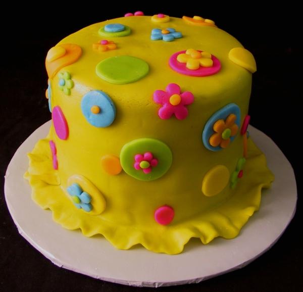 torten dekorieren gelbe torte verzieren blumen