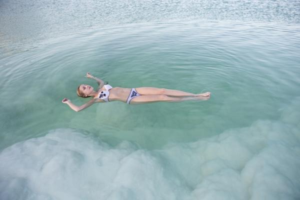 totes meer salz oberfläche schwimmen