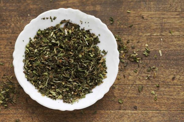 trockene blätter grüne minze gesundes leben
