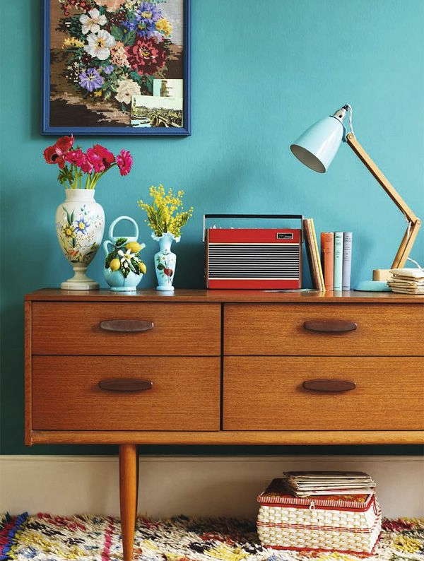 vintage möbel kommode farbiger teppich vasen