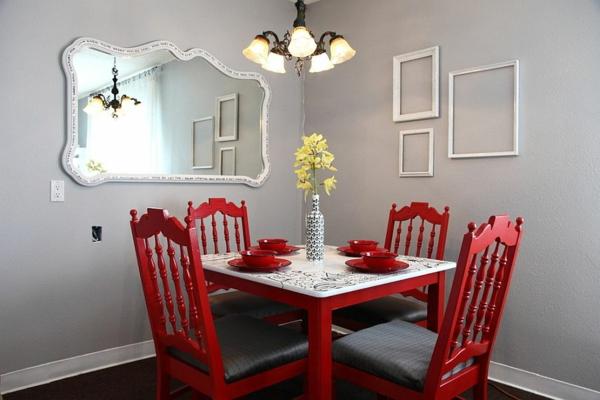 wandfarbe grau wandspiegel esszimmer rote stühle tisch