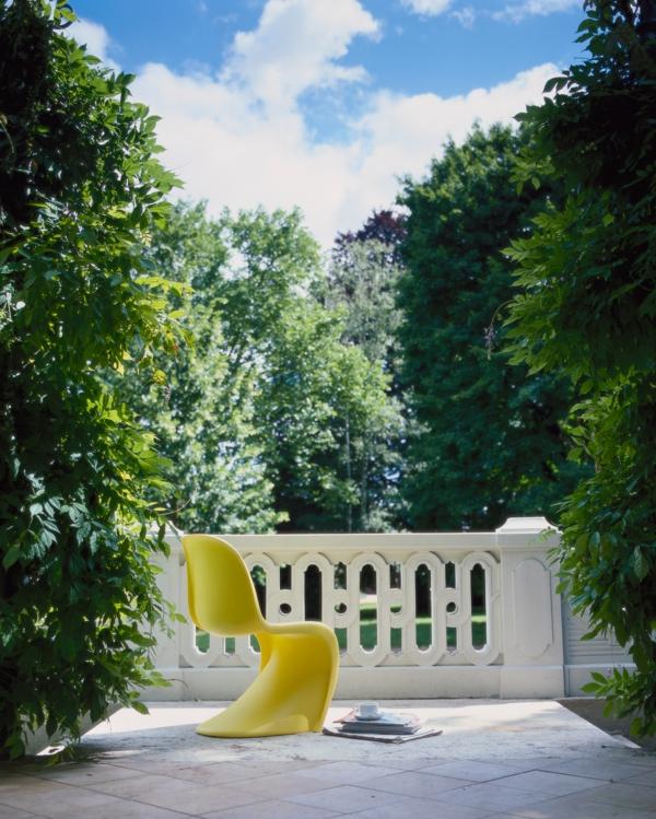 wohnungsgestaltung gelber panton stuhl terrasse