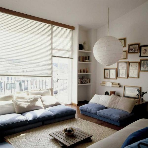 wohnzimmer beleuchtung papier lampenschirm blaues sofa rustikaler couchtisch
