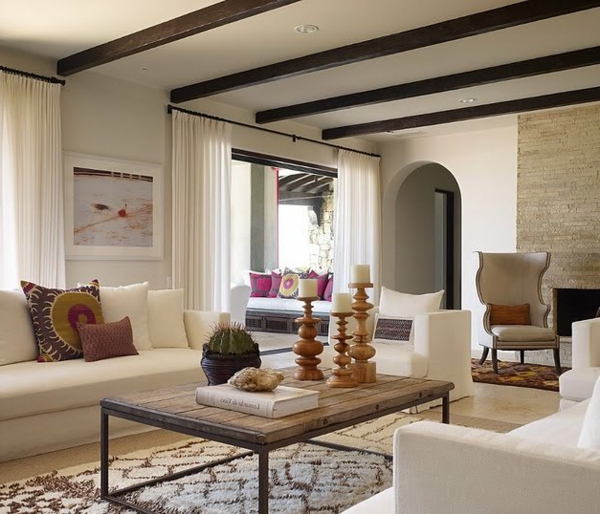 wohnzimmer design gemütlich kerzen weiße sofas helle gardinen