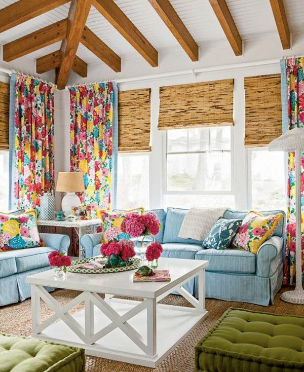 wohnzimmer einrichten hellblaues sofa grüne hocker