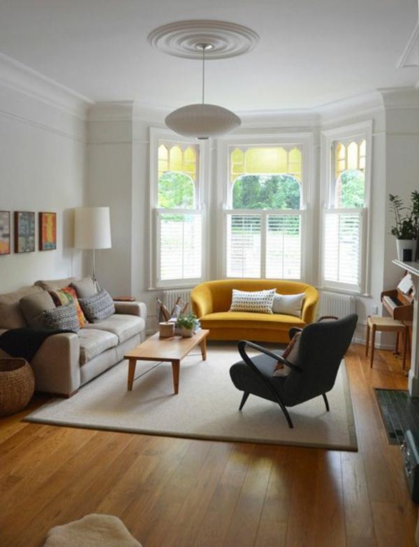wohnzimmer gestalten gelbes sofa ausgefallener leuchter
