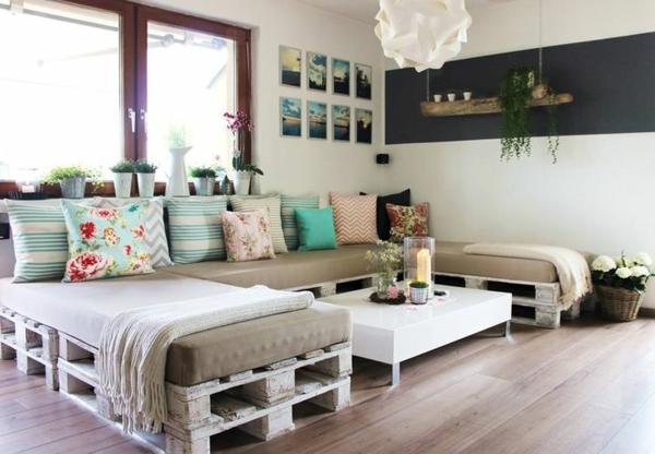 wohnzimmer gestaltung palettenmöbel dekokissen bilder