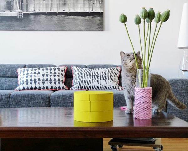 wohnzimmer graues sofa dekoartikel
