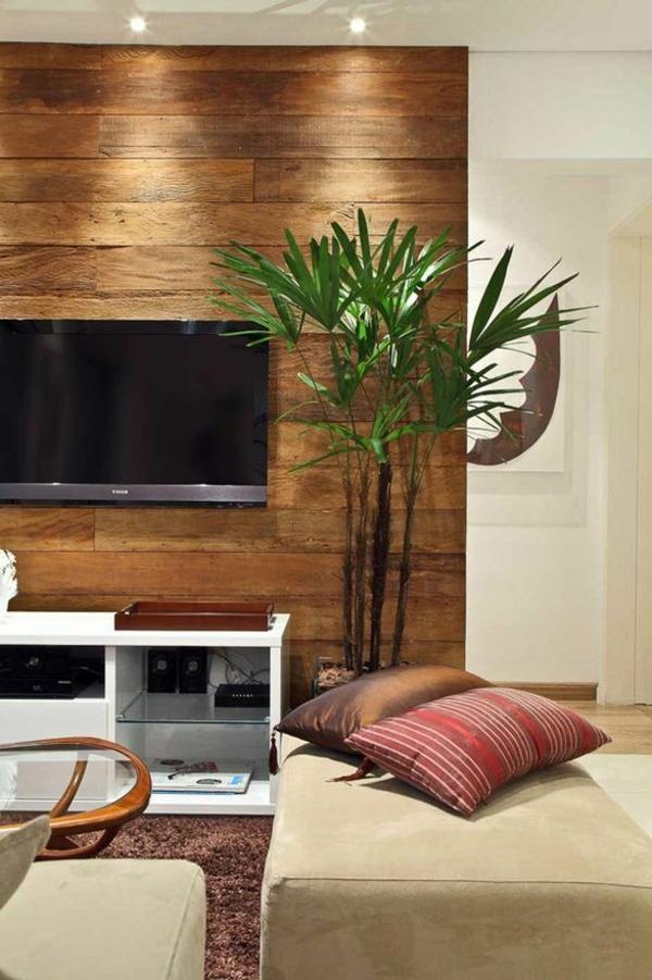 wohnzimmer holzpaneele pflanze brauner teppich