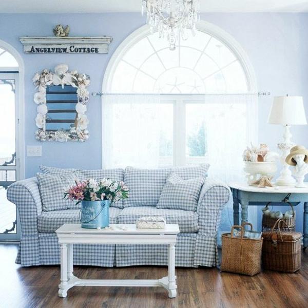 landhaus sofas wohnzimmer interieur hellblaue wände holzboden leuchter