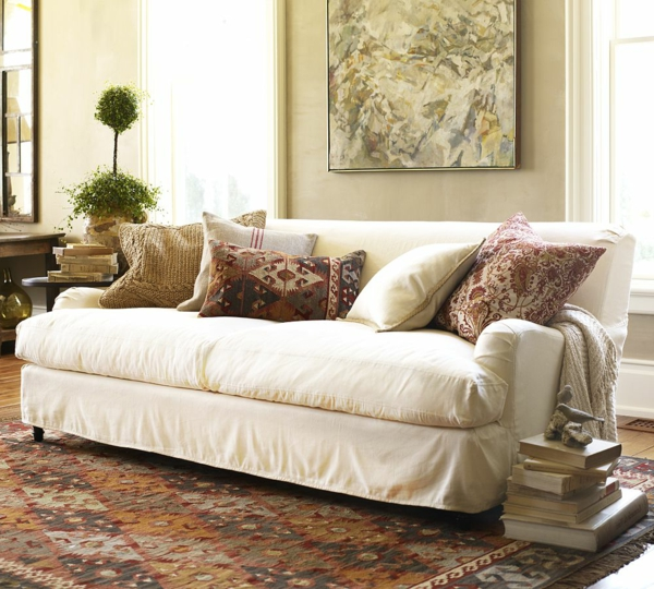 wohnzimmer sofa weiße sofahusse farbiger teppich