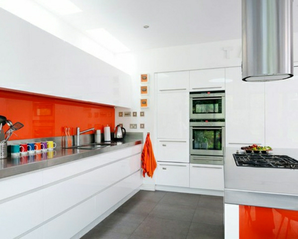 Küchendesign einbauküchen weiß orange