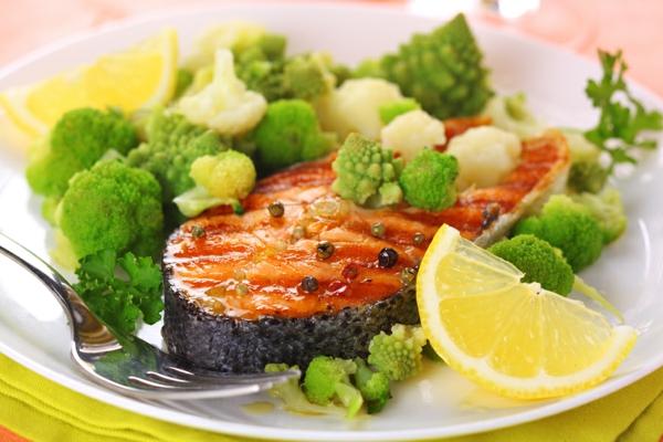 Omega 3 Fettsäuren gesund essen Omega 6 Fettsäuren lachs brokkoli zitrone