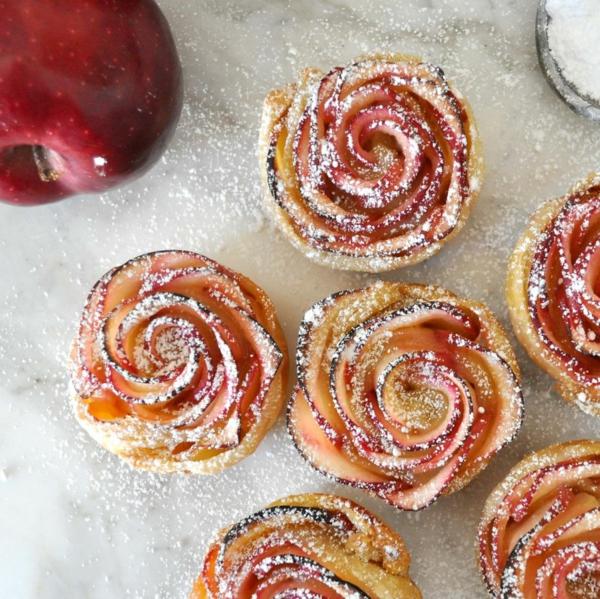 apfel muffins apfelscheiben teig stückchen rosen puderzucker