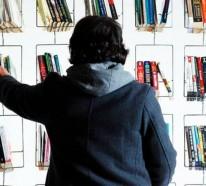 Designer Bücherregal an der Wand im Wohnzimmer