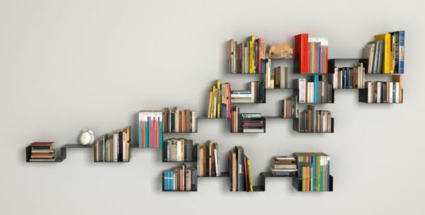 Bücherregal wand  Designer Bücherregal an der Wand im Wohnzimmer
