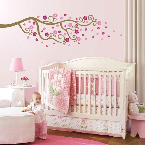 babybettchen design farbige bettwäsche rosa teppich