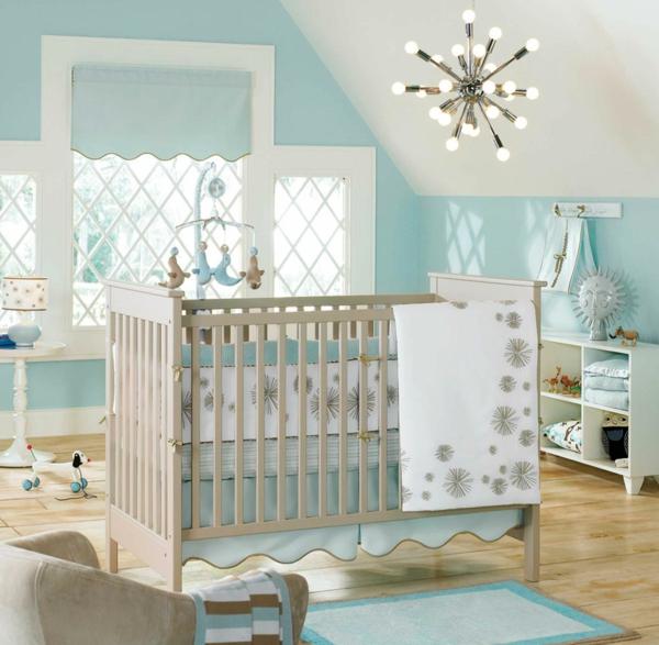babyzimmer einrichten babybett blaue akzente holzboden