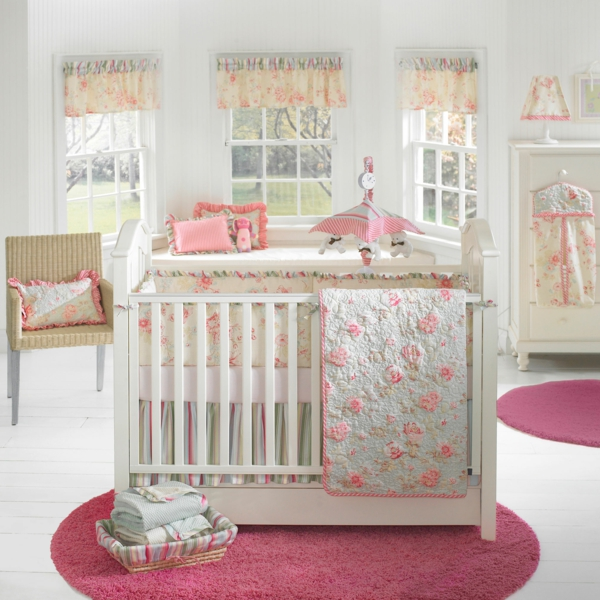 babyzimmer einrichten weiß rosa runder teppich