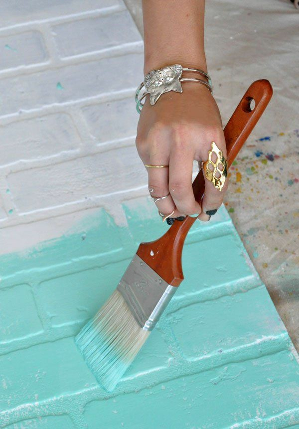 backsteinwand imitat wanddeko selber machen ziegelwand streichen wandfarbe türkis