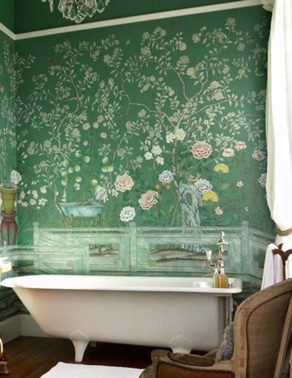 badezimmer grüne tapete florale motive weiße badewanne