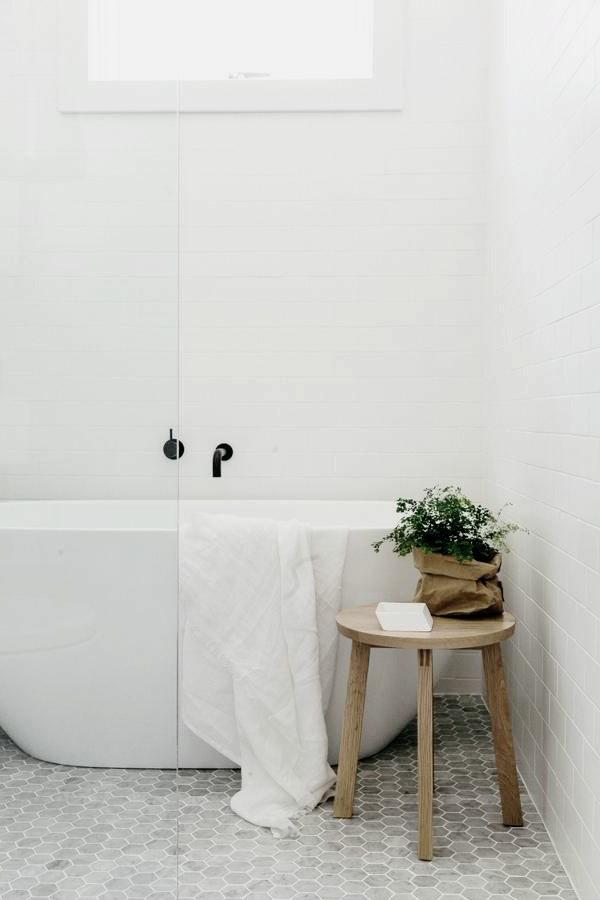 badezimmer weiße badfliesen rustikaler beistelltisch