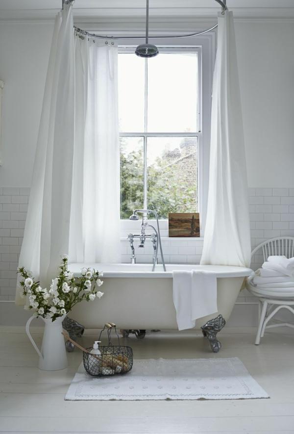 badezimmer weiße fliesen badewanne vorhang großes fenster