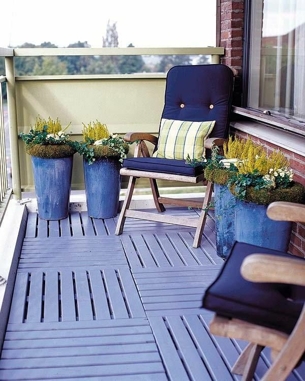 balkon ideen holzfliesen hellblau blumentöpfe sitzkissen