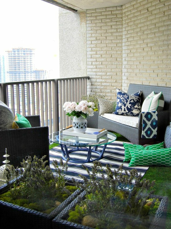 balkon ideen kleiner balkon pflanzen teppichläufer streifen