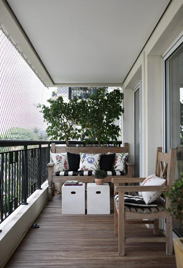 balkon ideen kleiner balkon weiße beistelltische holzboden