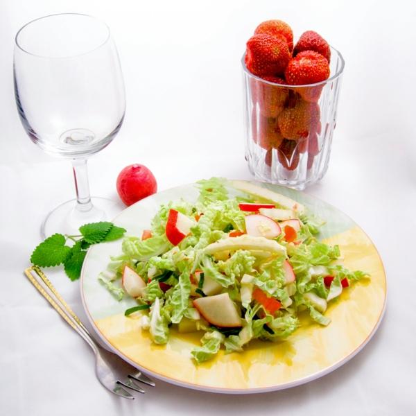 basische lebensmittel frische salate erdbeeren