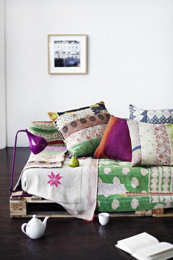 bett aus paletten schlafzimmer möbel rustikal bettdecke bunt